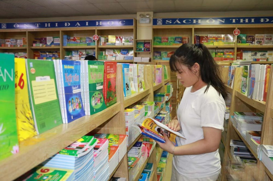 Phụ huynh lo lắng khi lực chọn sách cho con em
