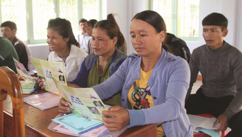 """Chị em phụ nữ xã Đăk Tơ Lung tham gia tập huấn Đề án """"Giảm thiểu tình trạng tảo hôn và hôn nhân cận huyết thống"""" trong vùng DTTS giai đoạn 2015-2025"""" (tháng 5/2019)."""