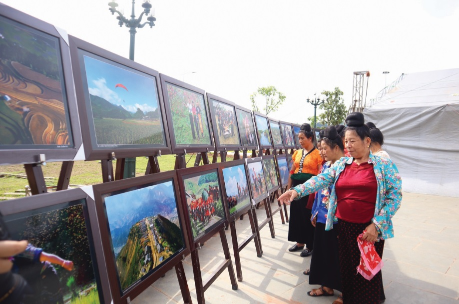 Đồng bào thăm quan triển lãm ảnh nghệ thuật về văn hóa du lịch: Sắc màu Tây Bắc.