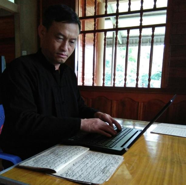 Nghệ nhân Tòng Văn Hân hàng ngày vẫn miệt mài sưu tầm, nghiên cứu tư liệu về văn hóa dân tộc Thái.