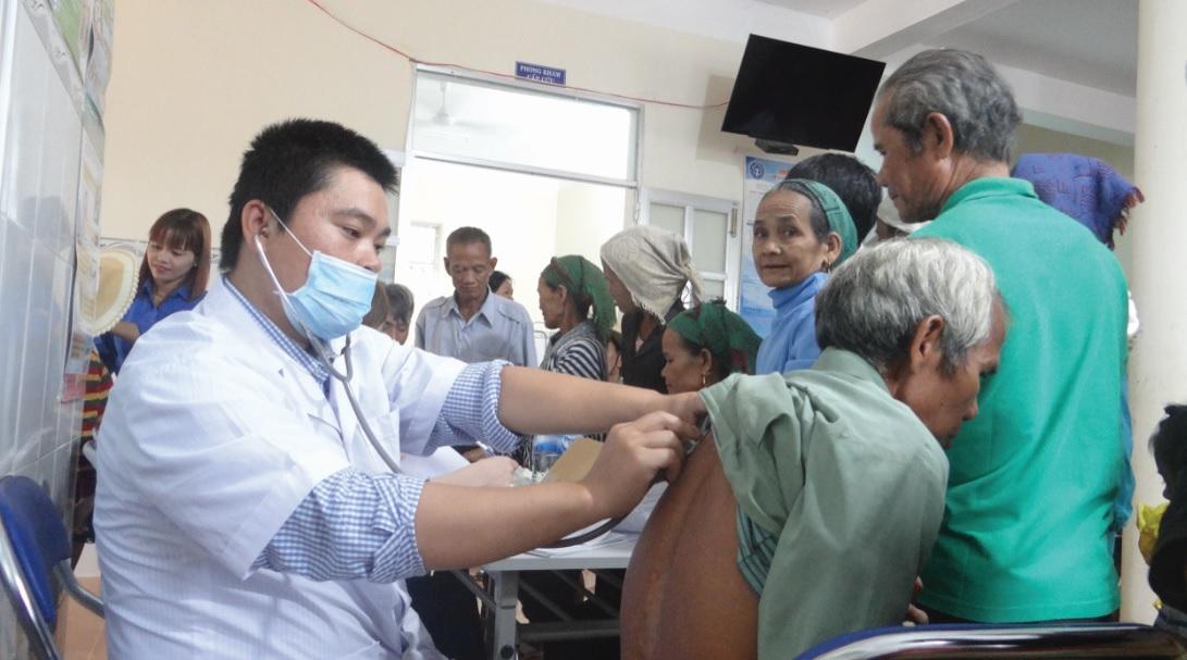 Người dân đến khám bệnh tại Trạm Y tế xã Ba Vì, huyện Ba Tơ ngày một đông hơn.