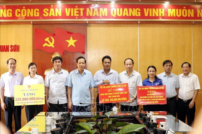 Bộ trưởng Bộ Lao động - Thương binh và Xã hội Đào Ngọc Dung tặng quà người có công với cách mạng, trẻ em, các gia đình, trường học… bị ảnh hưởng nặng tại vùng lũ huyện Quan Sơn. (Ảnh: Anh Tuấn - TTXVN)