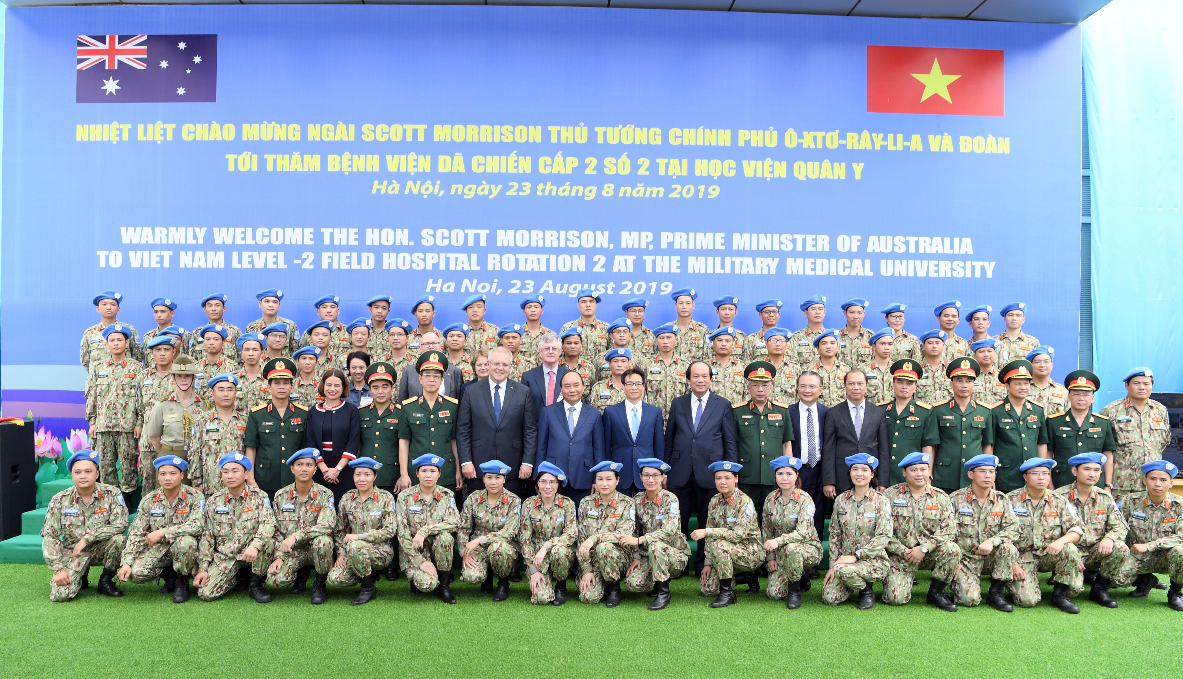 Thủ tướng Nguyễn Xuân Phúc, Thủ tướng Australia Scott Morrison, Phó Thủ tướng Vũ Đức Đam,... cùng các chiến sĩ của Bệnh viện dã chiến cấp 2 số 2. Ảnh VGP