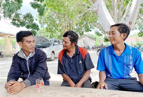 Nghệ nhân Đinh Rung (giữa) trò chuyện cùng thanh niên làng Châu (xã Chư Krêy, huyện Kông Chro). Ảnh: M. C