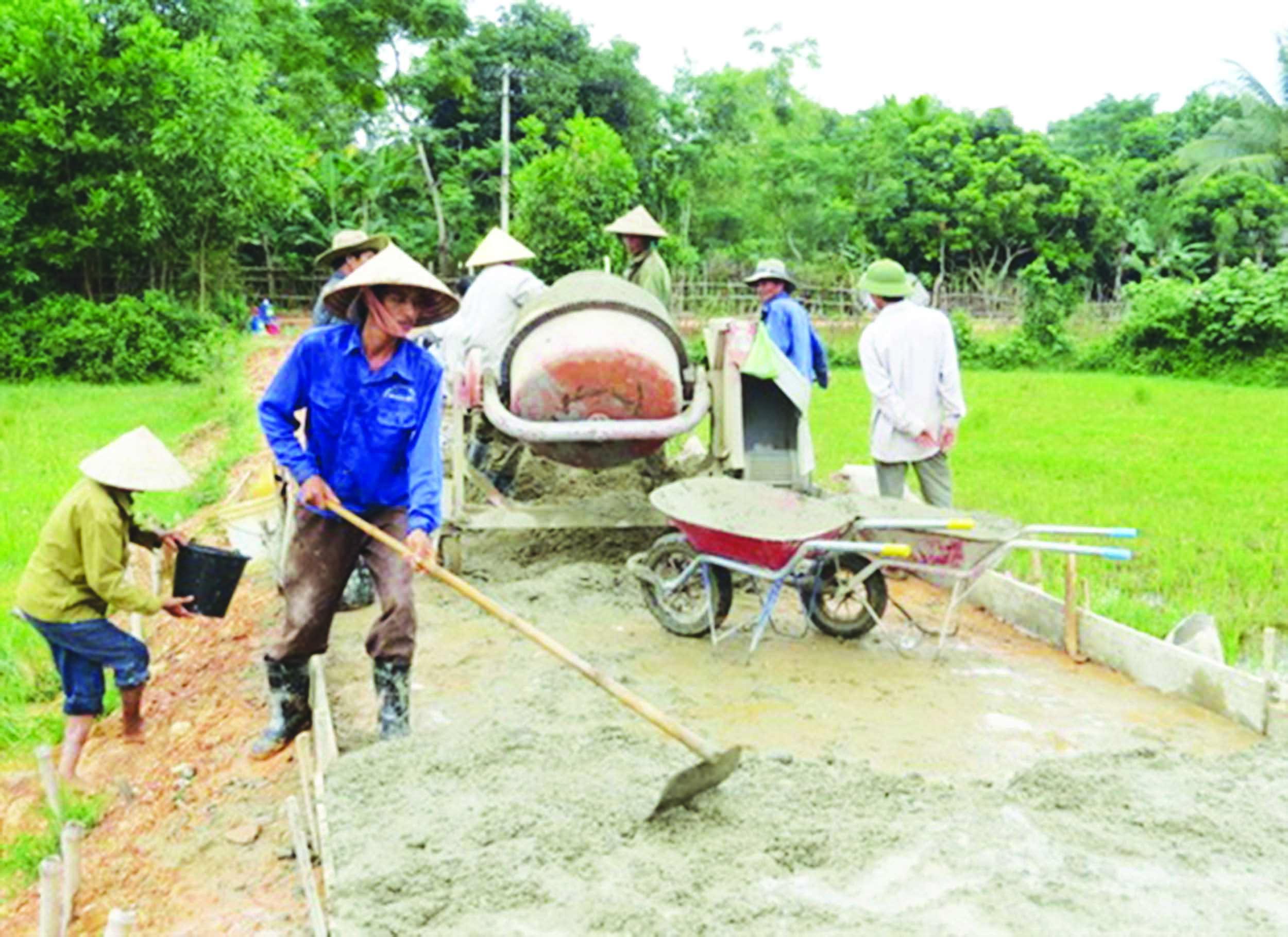 Không chỉ hiến đất, người dân còn góp công sức xây dựng các tuyến đường giao thông nông thôn.