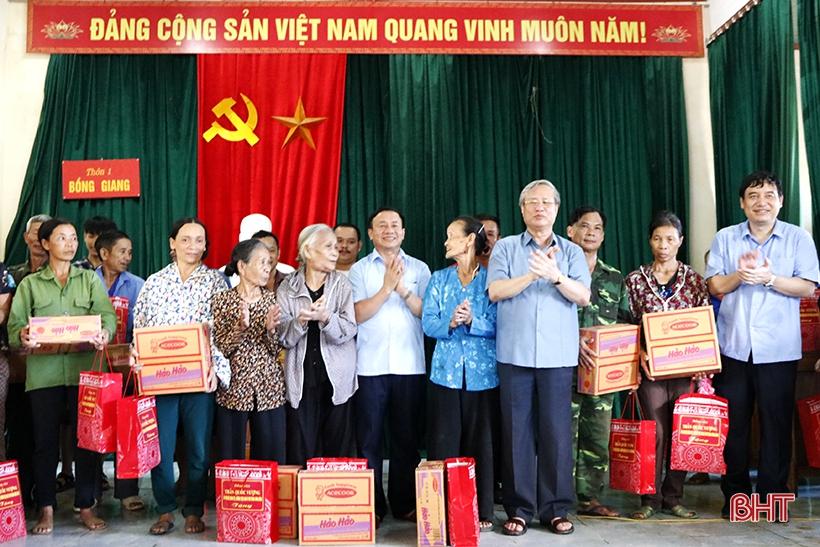 Đồng chí Trần Quốc Vượng tặng quà cho bà con thôn Bồng Giang 1, xã Đức Giang. Ảnh: Báo Hà Tĩnh