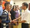 Thứ trưởng, Phó Chủ nhiệm Phan Văn Hùng tặng quà lưu niệm cho các đại biểu người có uy tín