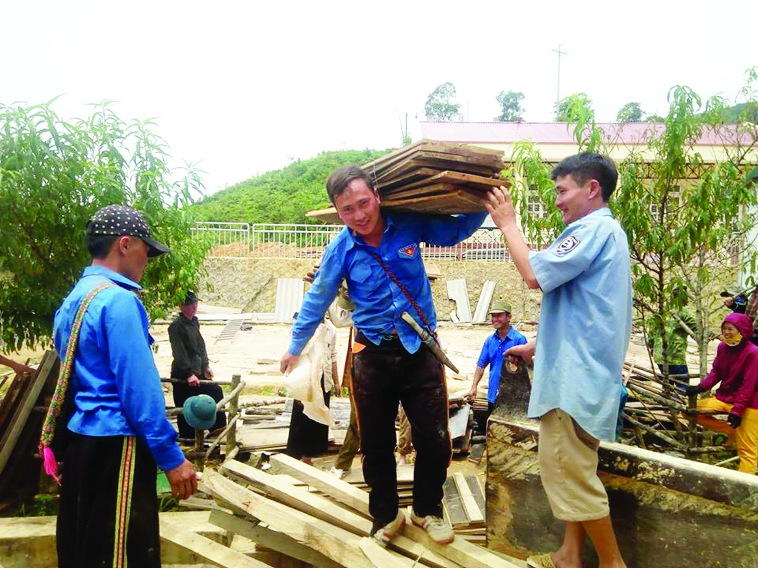 Bí thư Đoàn Thào A Lo tích cực giúp đỡ người dân trong công tác xây dựng và cải thiện môi trường sống.