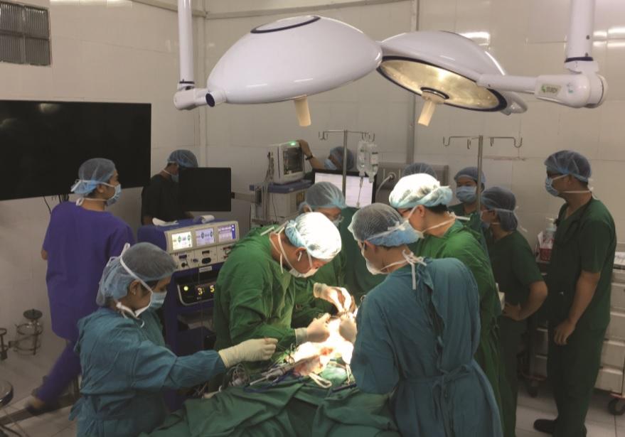 Các bác sĩ đã phải dùng rất nhiều biện pháp để cấp cứu bệnh nhân. Ảnh minh họa