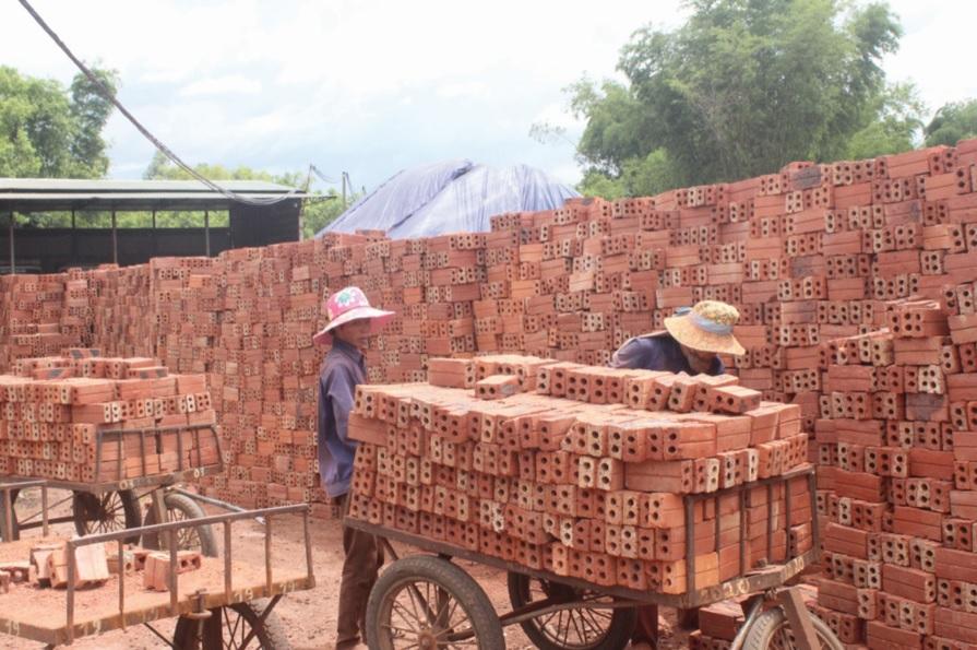 Thói quen sử dụng gạch nung để xây nhà của người dân còn phổ biến.