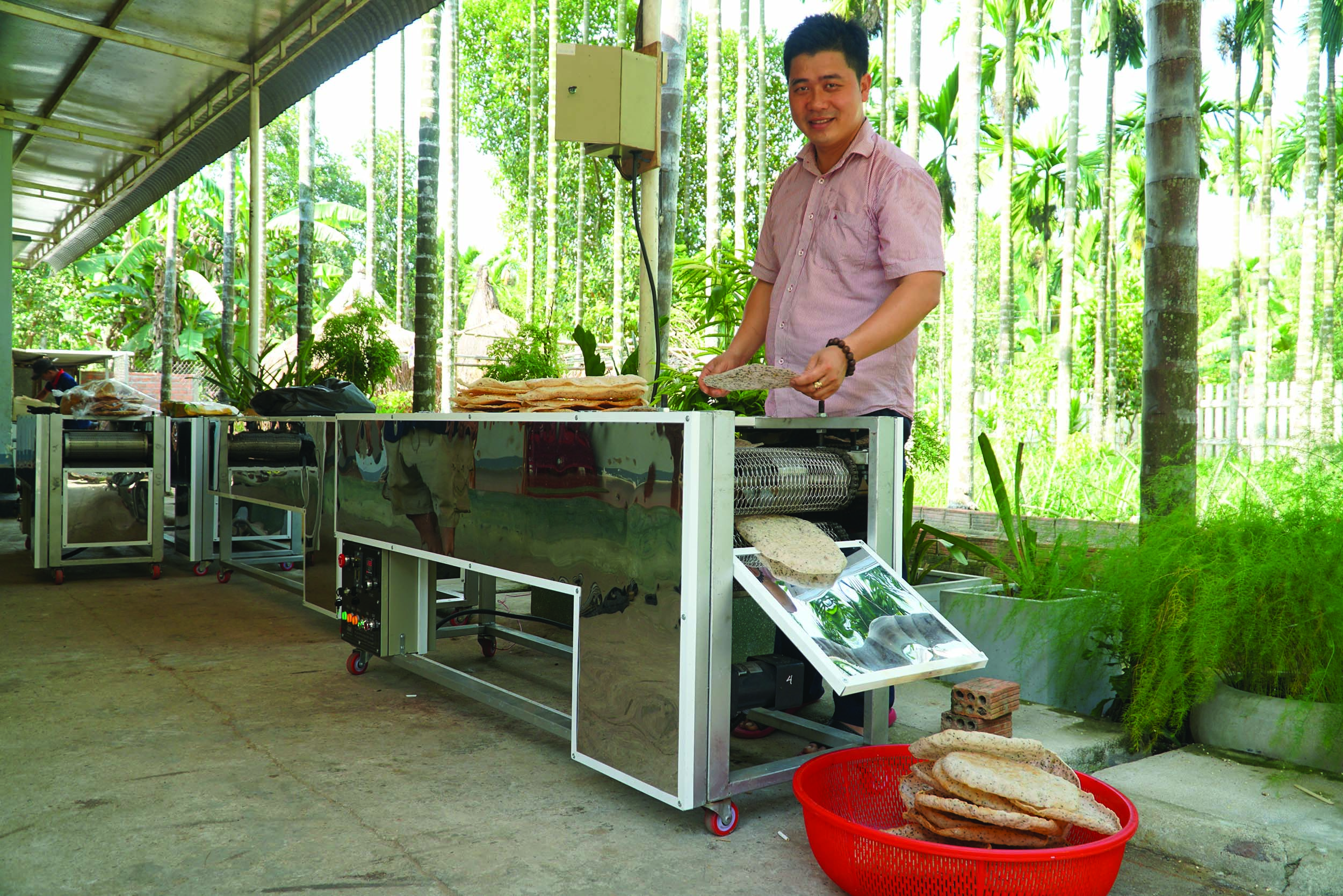 Chiếc máy nướng bánh tráng bằng tia hồng ngoại 4M của kỹ sư Nguyễn Nở.