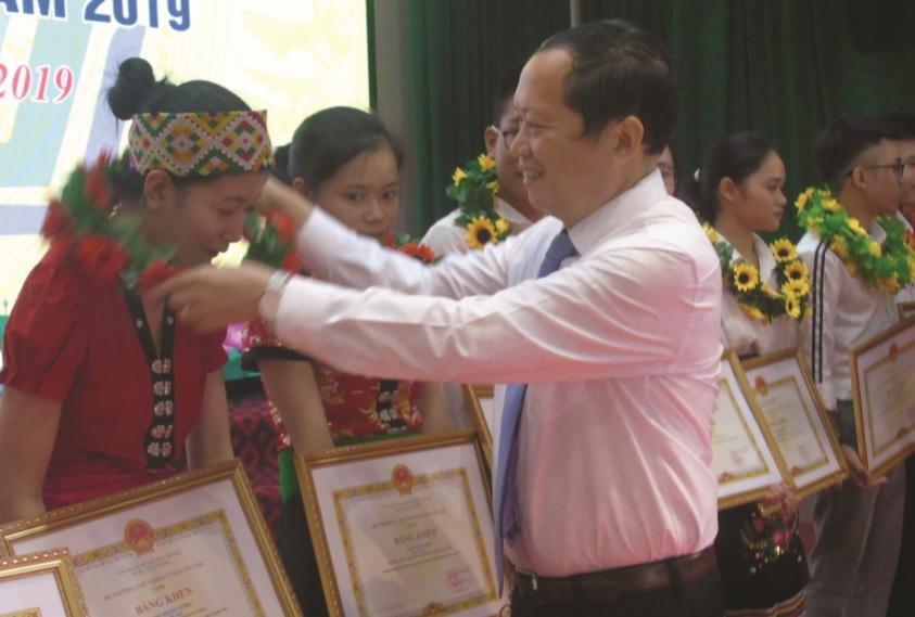 Ông Lương Thanh Hải trao Bằng khen của UBDT cho các học sinh đạt điểm cao trong kỳ thi THPT quốc gia năm 2019.