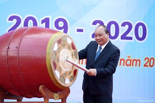 Thủ tướng Nguyễn Xuân Phúc đáng trống khai giảng năm học mới tại Trường THPT Sơn Tây. Ảnh: VGP/Quang Hiếu