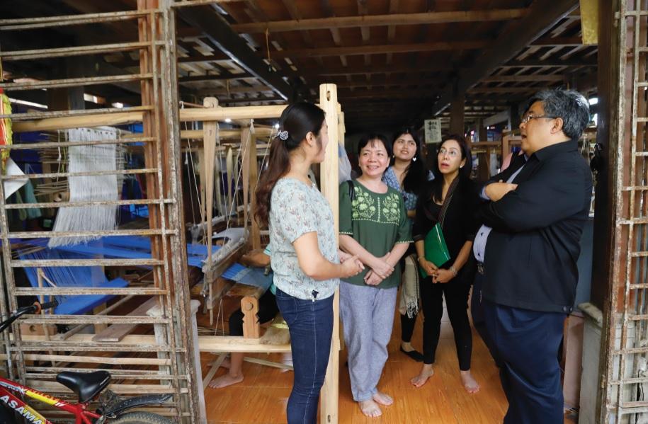 Đoàn công tác Bộ Phát triển Xã hội và An ninh con người Thái Lan tìm hiểu mô hình dệt thổ cẩm tại HTX Chiềng Châu, Mai Châu, Hòa Bình.