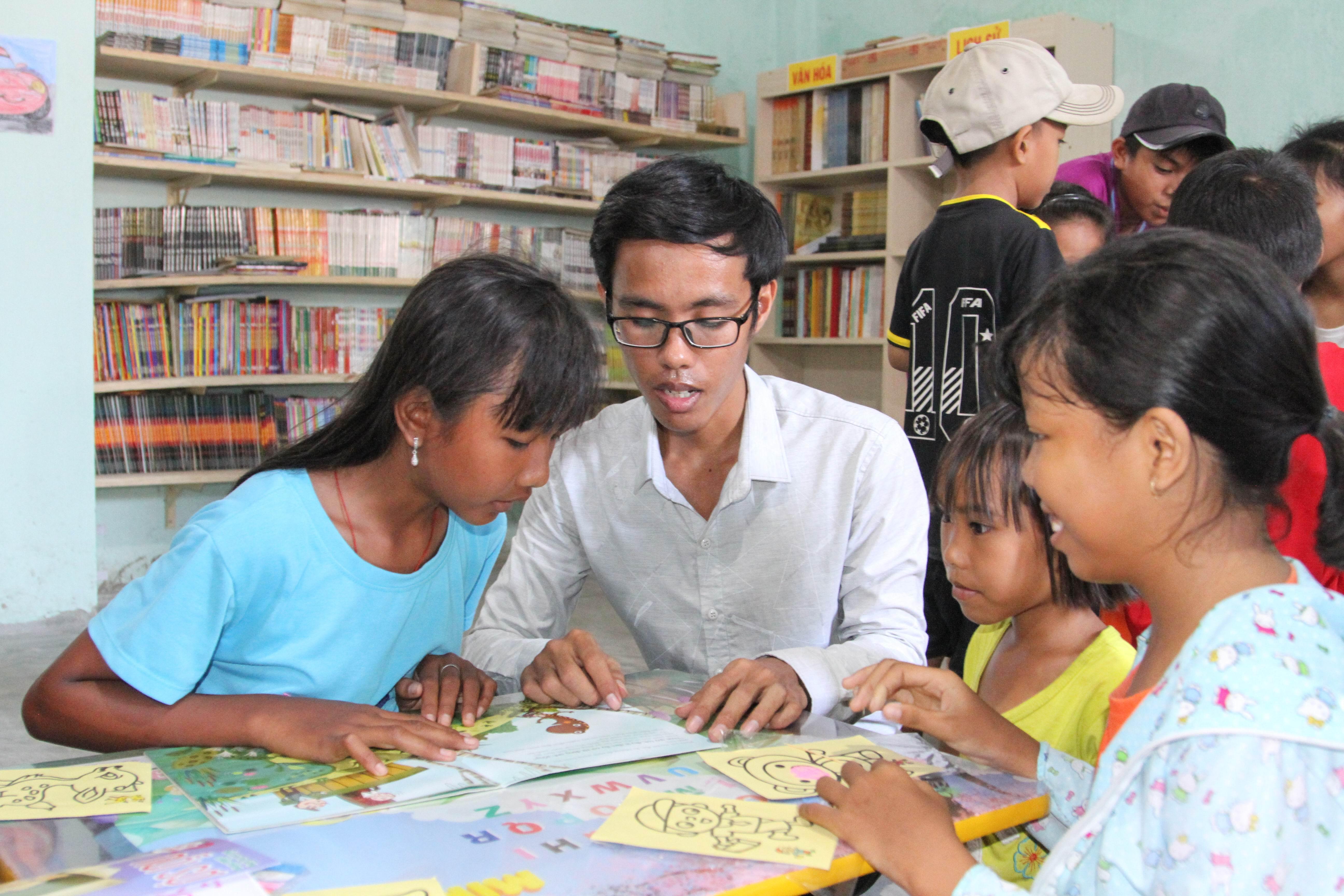Sinh viên Vạn Đại Phú (đeo kính) trong thư viện cộng đồng tại làng Chăm Hoài Ni, xã Phước Thái, huyện Ninh Phước (Ninh Thuận).