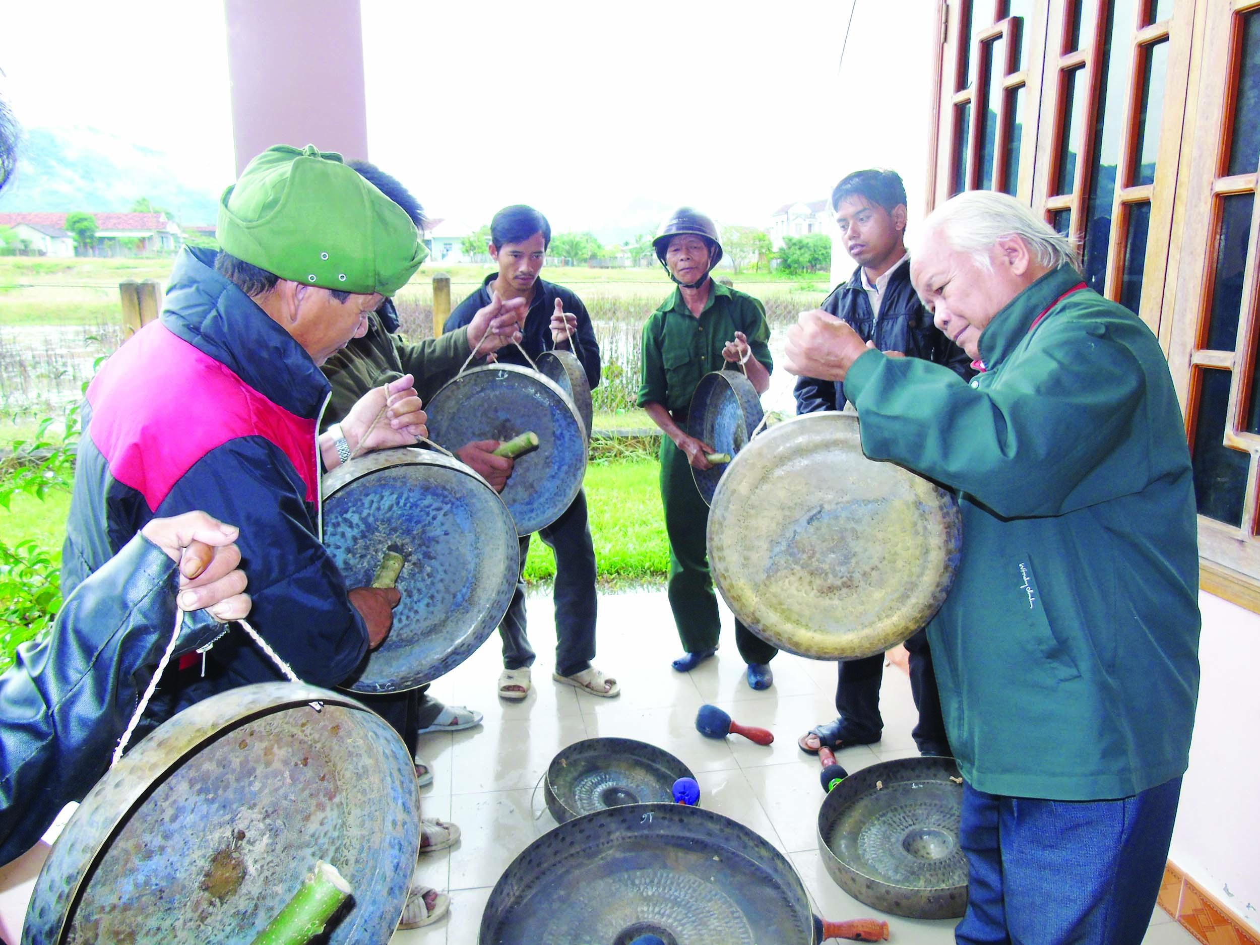 Đồng bào Ba Na huyện Vĩnh Thạnh vui mừng khi nhận được cồng chiêng do UBND tỉnh Bình Định cấp.