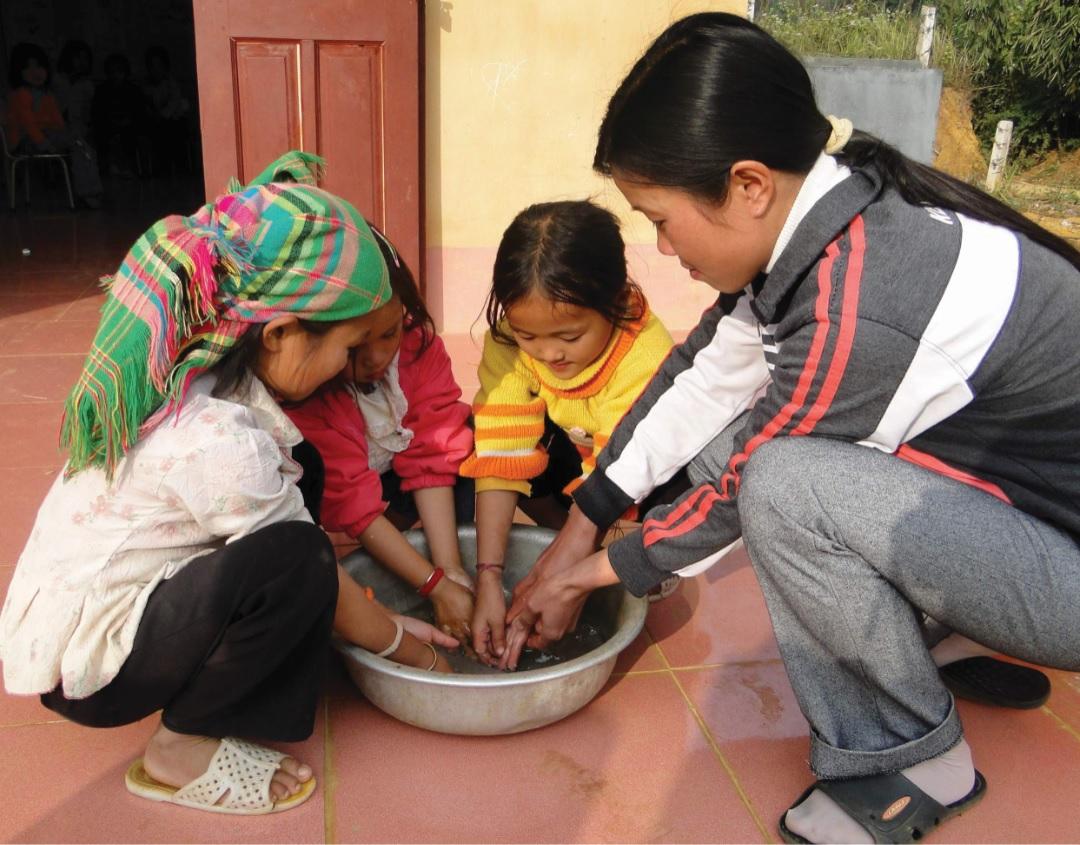 Rửa tay chân sạch sẽ là cách phòng bệnh hiệu quả.