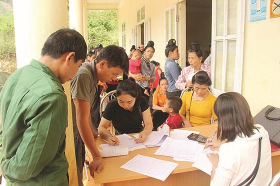Người dân huyện Thuận Châu làm thủ tục tham gia BHXH tự nguyện.