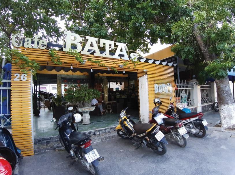 """Án ngữ mặt trước Bảo tàng tỉnh là quán cà phê có tên """"BaTA'S COFFEE"""", lấn cả không gian trưng bày một số hiện vật ngoài trời."""