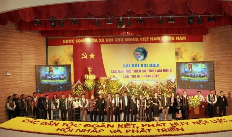 Đoàn Đại biểu dự Đại hội DTTS Việt Nam lần II ra mắt Đại hội.