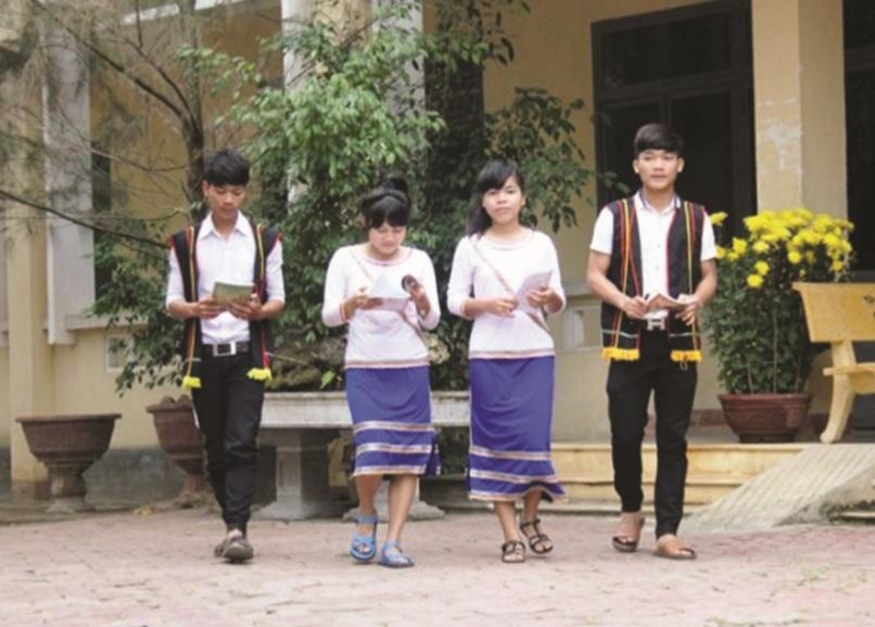 Học sinh Trường THPT Tây Trà trong trang phục truyền thống của đồng bào Cor.