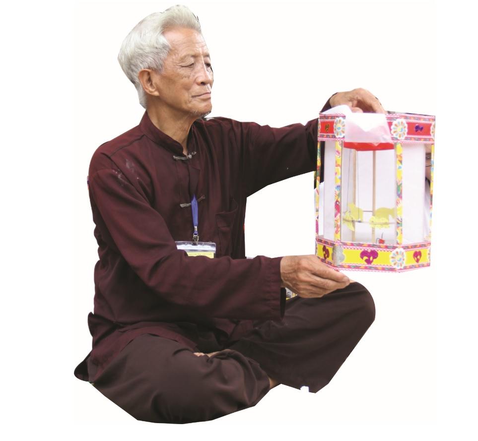 Ông Nguyễn Văn Quyềntỉ mỉ từng bước khi làm ra những chiếc đèn kéo quân.