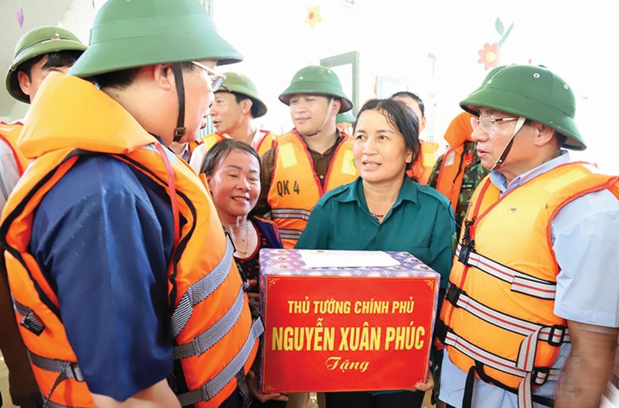 Phó Thủ tướng Chính phủ Vương Đình Huệ thay mặt Thủ tướng Chính phủ về thăm và động viên Nhân dân vùng lũ Hương Khê.