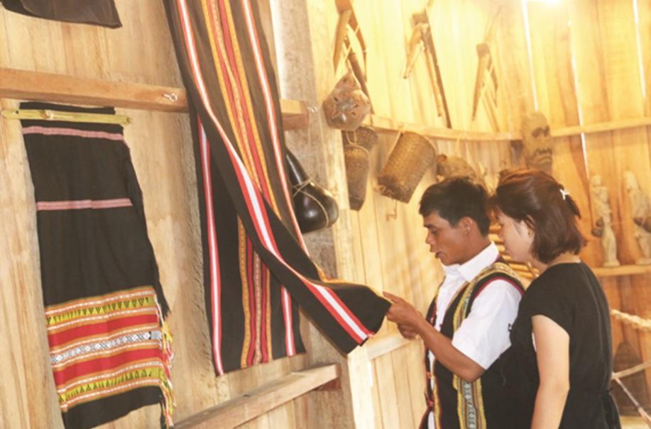 Các sản phẩm do người dân làm ra được giới thiệu đến với du khách.