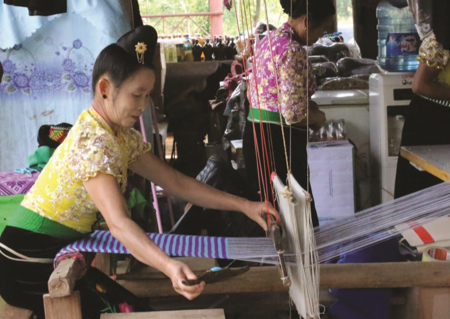 Nghề dệt thổ cẩm xóm Chiềng Châu, huyện Mai Châu tạo thu nhập ổn định cho phụ nữ dân tộc Thái.
