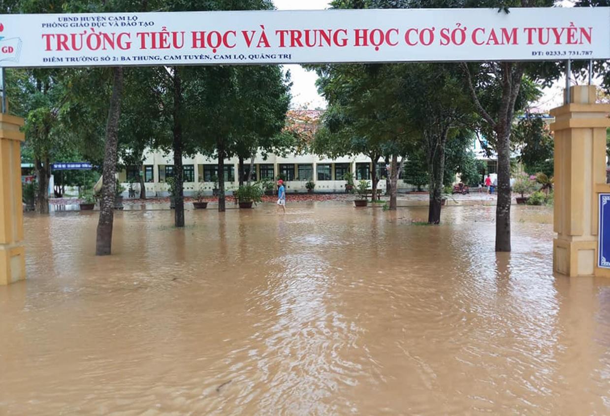 Trường Tiểu học và THCS xã Cam Tuyền, huyện Cam Lộ, Quảng Trị ngập sâu trong nước.