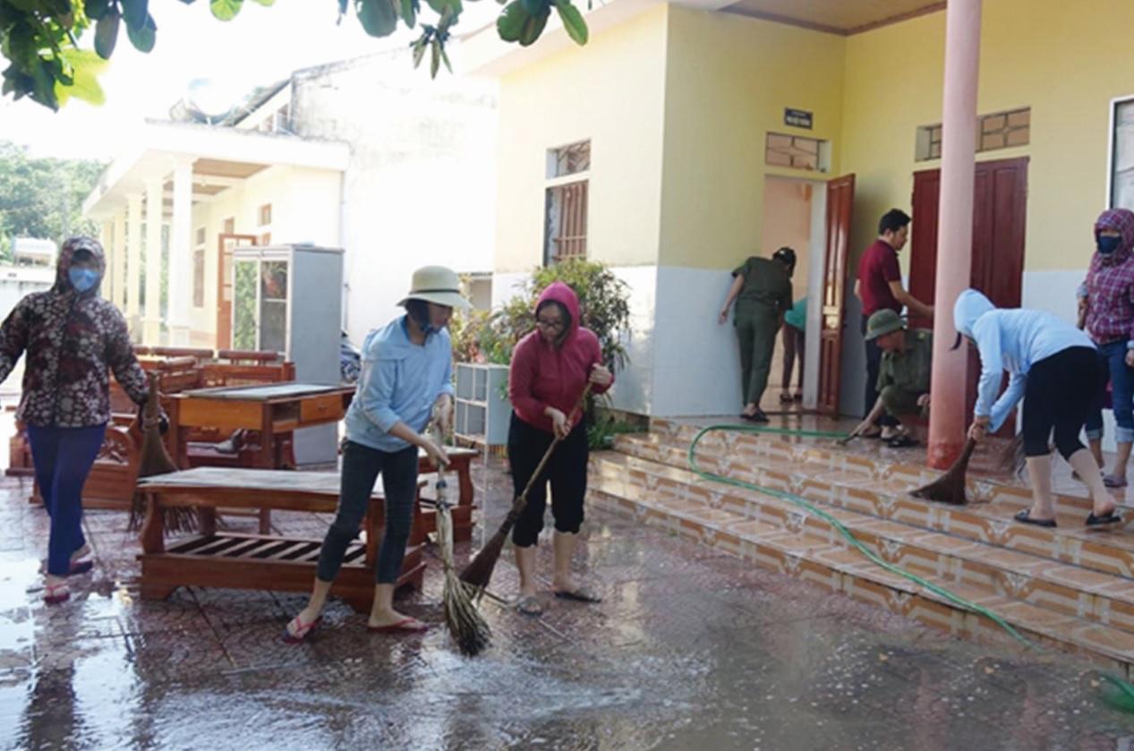 Thầy, cô giáo cùng Nhân dân nỗ lực vệ sinh trường lớp để kịp tiến độ, kế hoạch học tập cho các em trong năm học mới.