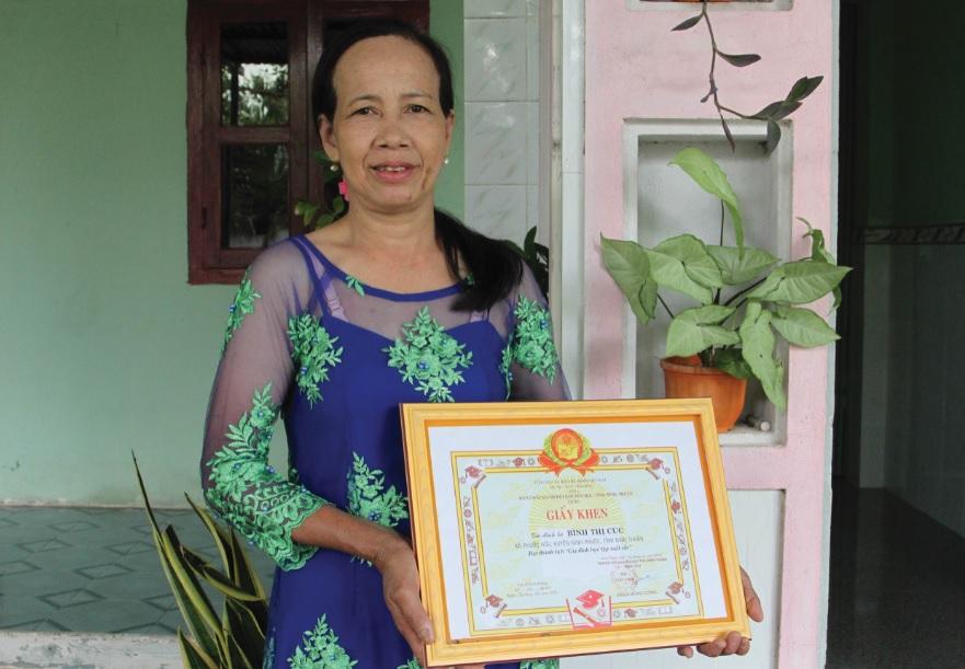 Chị Bình Thị Cúc nêu gương gia đình học tập xuất sắc ở làng Chăm  Hữu Đức thuộc xã Phước Hữu, huyện Ninh Phước (Ninh Thuận).