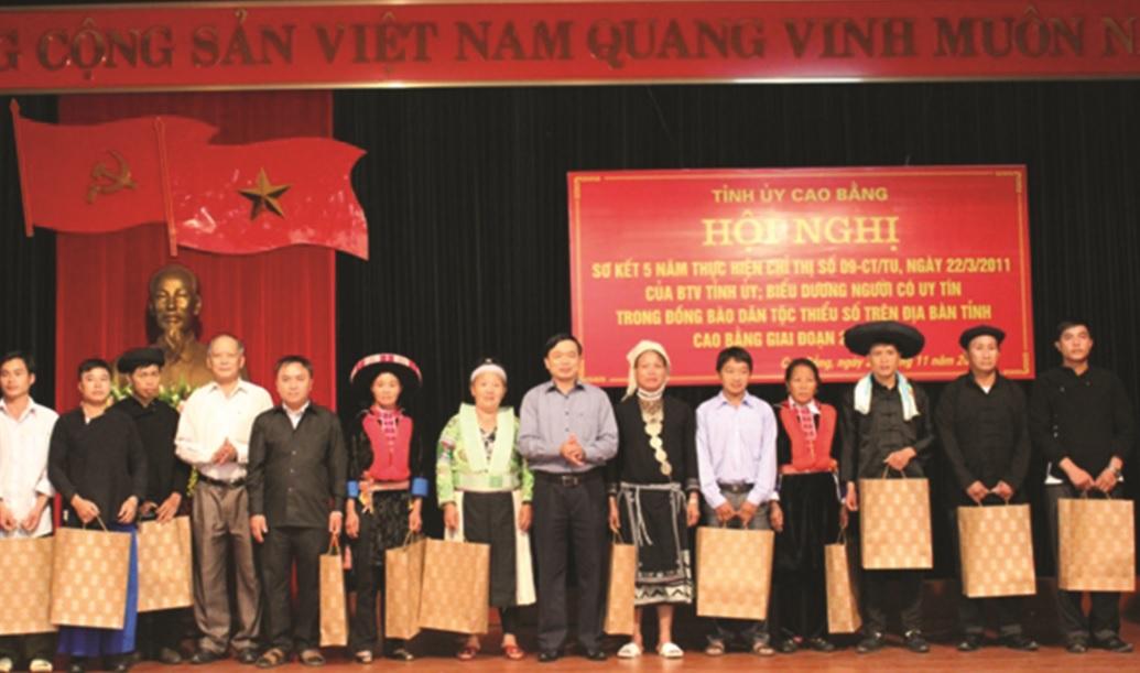Ông Triệu Đình Lê, Phó Bí thư Thường trực Tỉnh ủy trao quà cho những Người có uy tín tiêu biểu.