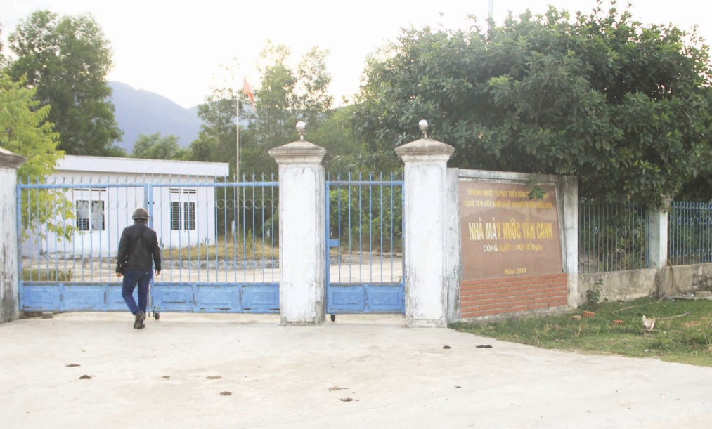 Hiện tại, công trình cấp nước sạch Vân Canh vẫn cửa đóng, then cài nằm chờ các cơ quan chức năng đưa ra phương án sử dụng.