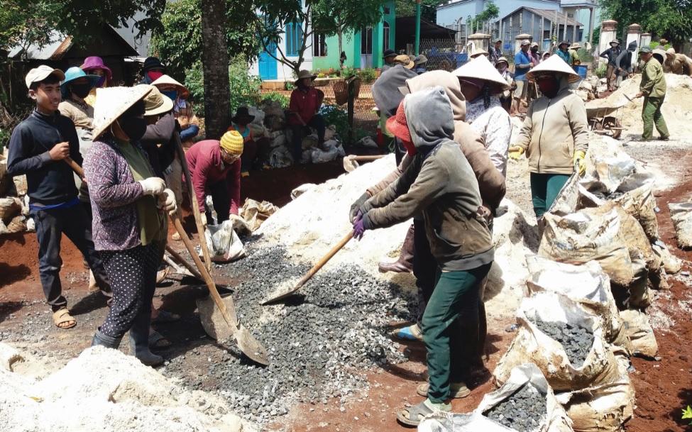 Người dân làng Adơk Kông, xã A Dơk đóng góp kinh phí và ngày công để làm đường giao thông.