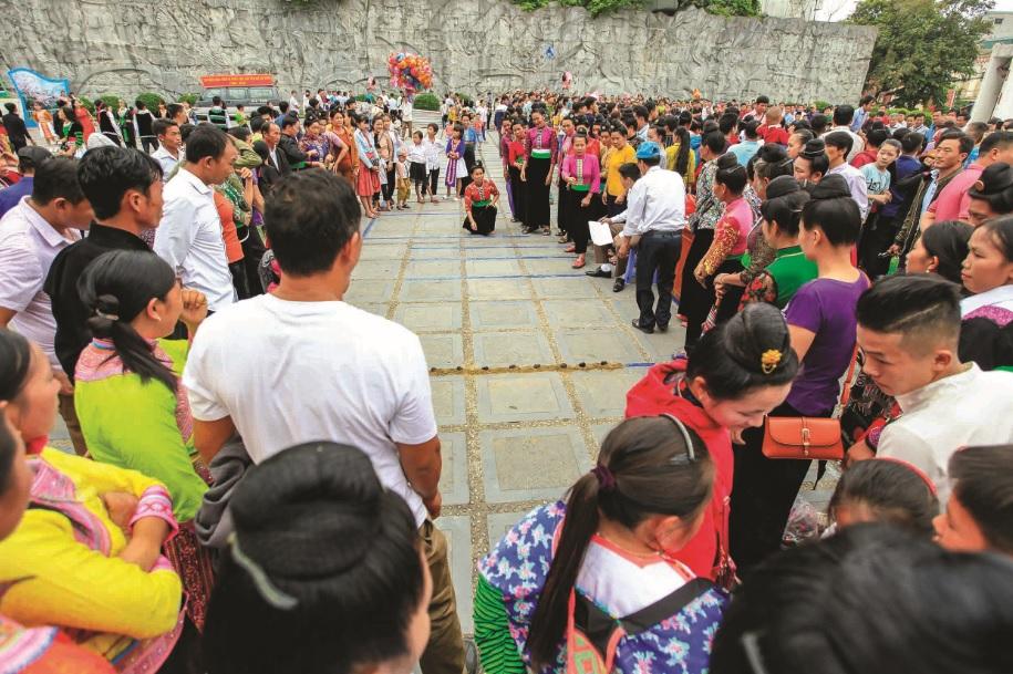 Đồng bào Mông tham gia thi đấu Tó Má Lẹ.