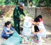 Thầy Học còn phát động các em học sinh nhặt phế liệu, vừa bảo đảm môi trường vừa để gây quỹ làm từ thiện.
