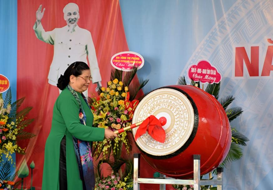 Đồng chí Tòng Thị Phóng đánh trống khai giảng năm học mới