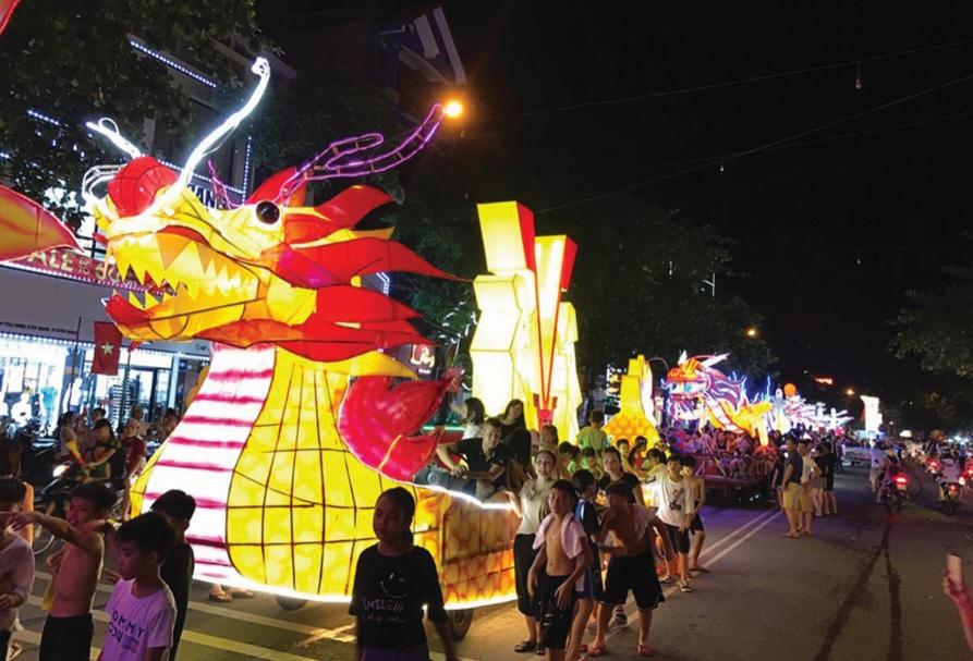 Không khí rộn ràng rước đèn Trung thu khổng lồ tại Tuyên Quang trước ngày hội chính.