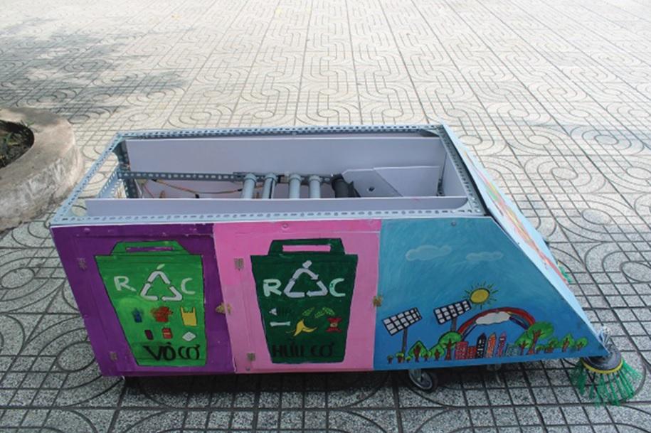 Hình ảnh tuyên truyền bảo vệ môi trường được nhóm vẽ lên thân xe.