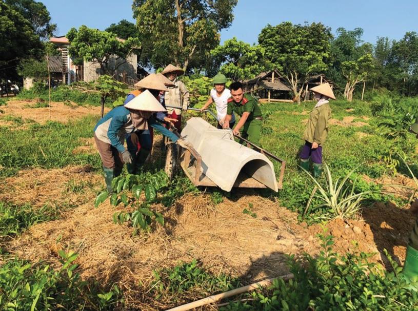 Công an huyện Yên Sơn giúp người dân xây dựng nông thôn mới.
