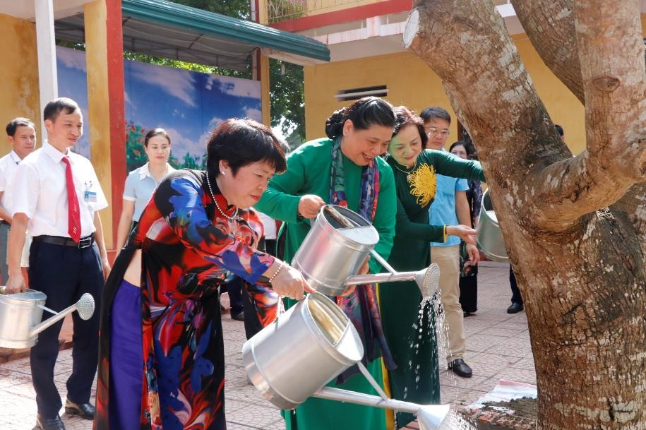 Phó chủ tich Quốc hội trồng cây lưu niệm tại trường THPT Hoàng Văn Thụ.