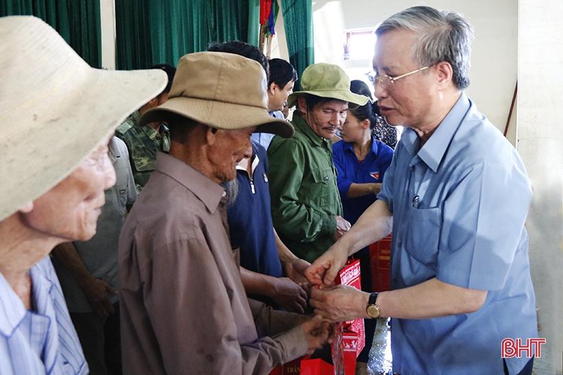 Đồng chí Trần Quốc Vượng động viên, tặng quà hộ nghèo trên địa bàn thôn Bồng Giang 1, xã Đức Giang. Ảnh: Báo Hà Tĩnh