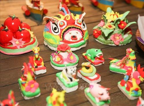Đồ chơi truyền thống được trưng bày gợi nhớ tới mỗi mùa trung thu xưa.Ảnh: Thanh Tùng - TTXVN